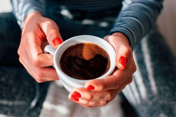 Tomar café diario podría ayudarte a no subir de peso