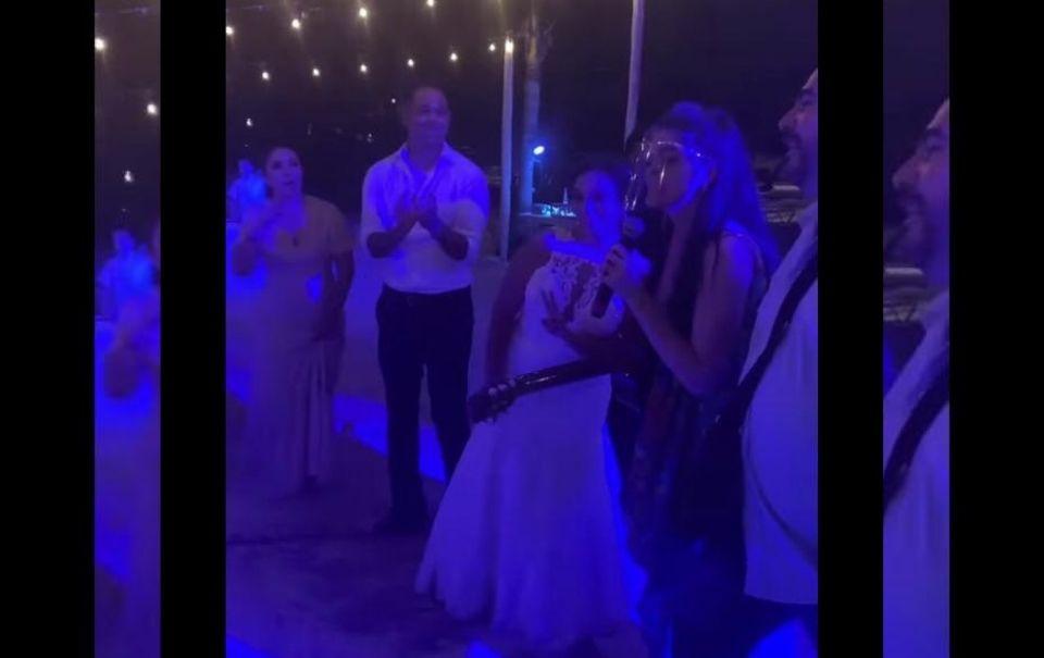 Ana Bárbara llegó a cantar de sorpresa a una boda